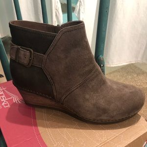 New , Dansko Shirley Suede Taupe Boot. 🥾